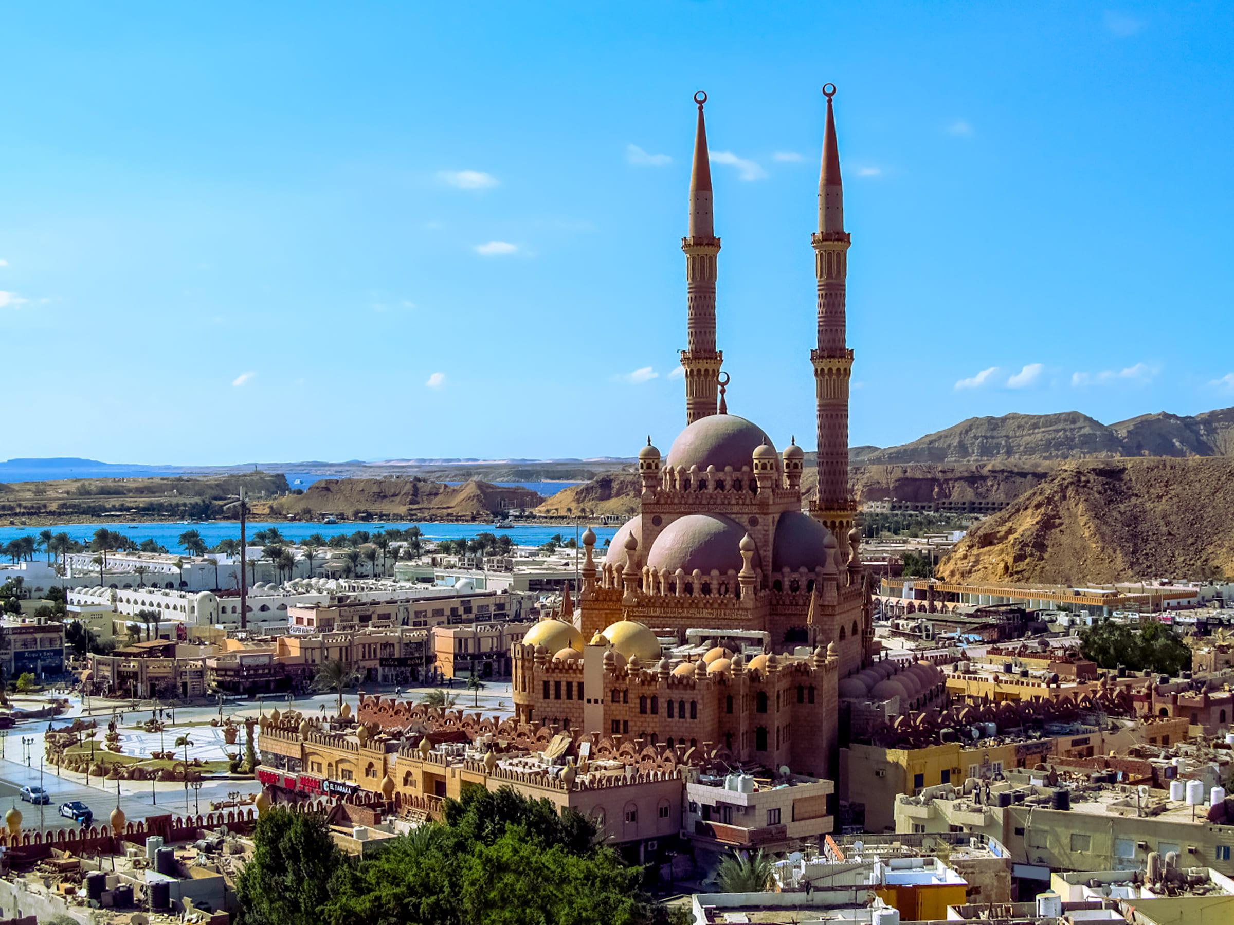 Blick auf die Altstadt, die Al Mustafa Moschee und das Rote Meer in Scharm El-Scheich